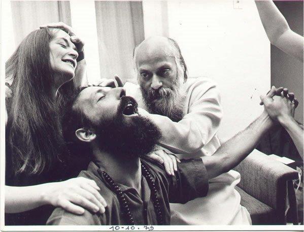 Osho y acólitos en el ashram de Pune, 1979.