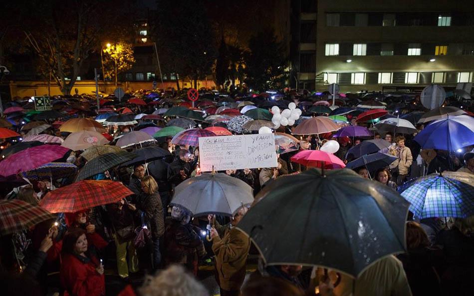 Miles de ciudadanos se congregaron junto al hospital donde se celebró la reunión.