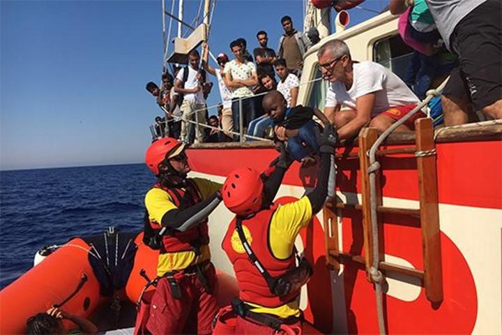 MSF denuncia la situación de abandono de cientos de náufragos.
