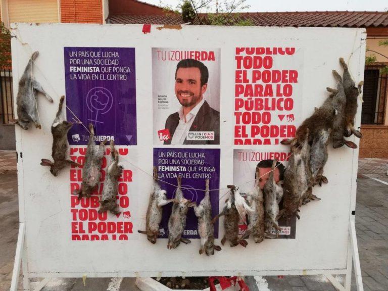 Conejos muertos en un cartel electoral de Alberto Garzón